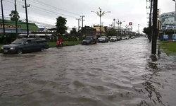นครศรีฯ อ่วม! ฝนถล่มตลอดคืน น้ำทะลักรอระบายทั้งเมือง