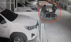 เกือบไปแล้ว! โจรแสบกำลังขโมยรถ โชคร้ายถูกคนเห็น-ตะโกนเรียก ทิ้งรถหนีลอยนวล