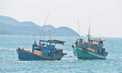 """ทัพเรือฯ ส่งเรือรบจับ """"เรือประมงเวียดนาม"""" 2 ลำ ลักลอบทำประมงในน่านน้ำไทย"""