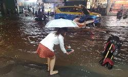 ไม่ต้องไปไหนไกล! คนพัทยาลอยกระทงบนถนน-หน้าบ้าน หลังฝนตกน้ำท่วมรอระบาย