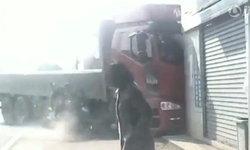 คลิประทึก รถบรรทุกพุ่งชนบ้านคน หญิงเดินริมถนนวิ่งหลบพ้นฉิวเฉียด