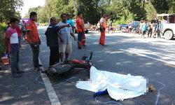 เด็ก ป.6 ซิ่งจักรยานยนต์ชนท้ายเก๋ง ก่อนเสียหลักชนกระบะที่สวนมาอย่างจังดับคาที่!