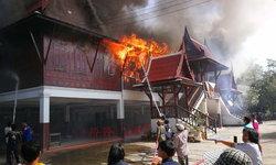 """หนีตายจ้าละหวั่น-เพลิงไหม้ """"ศาลาการเปรียญ"""" วัดดังบุรีรัมย์วอดทั้งหลัง สูญกว่า 10 ล้าน"""