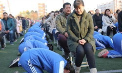 """ดราม่าสนั่นโรงเรียนจีน ถกหนักจำเป็นหรือที่ความกตัญญูต้องแสดงออกด้วย """"การคำนับ"""""""