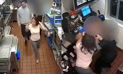"""สาวมะกันเดือด พนักงานให้ """"ซอสมะเขือเทศน้อย"""" วิ่งไปตบผู้จัดการถึงในร้าน"""