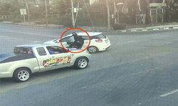 สามแยกวัดใจ! เก๋งเลี้ยวรถ เจอมอเตอร์ไซค์เบรกไม่ทันพุ่งชนยับกลางแยก (คลิป)