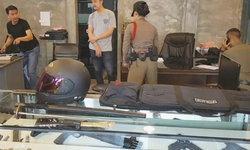 สองผัวเมียควงดาบซามูไรปล้นร้านปืน เจอพนักงานหนังเหนียวยิงสวน นั่งจ๋อยรอตร.