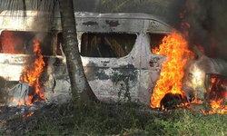 """เพลิงไหม้ """"รถตู้ให้เช่า"""" วอดทั้งคัน เจ้าหน้าที่คาดระบบไฟในรถเสีย"""