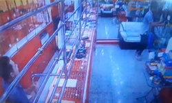หนุ่มตกงานสิ้นท่า ปล้นร้านทองหาเงินเที่ยวปีใหม่ เจอล็อกขังไว้ในร้าน