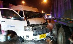 รถตู้ขนแรงงานชาวเมียนมาเสยท้ายรถพ่วงพังยับ เจ็บรวด 5 ราย
