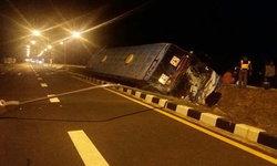 ชนอีก! คนขับหลับใน พารถบัสโดยสารเสียหลักคว่ำคาร่องกลางถนน บาดเจ็บ 6 ราย