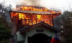 รถดับเพลิงเสียพอดี! ไฟไหม้กุฏิวอดทั้งหลัง เงินบริจาคหล่อพระกลายเป็นเถ้าถ่าน
