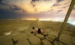 """ช่างภาพเดนมาร์ก """"ฟีตเจอริ่งสาว"""" บนพีระมิดกิซา ชาวโซเชียลอียิปต์เดือด!"""