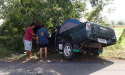 พ่อขับกระบะพาลูกกลับจากเยี่ยมย่า รถเสียหลักชนต้นไม้ข้างทางบาดเจ็บสาหัส