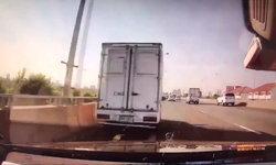 เปิดกล้องหน้ารถป้าขับเบนซ์ ค่อยๆ เอียงซ้ายก่อนชนท้ายกระบะ ร่วงตกทางด่วน 2 ศพ (มีคลิป)