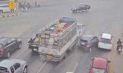 วงจรปิดจับภาพ-รถบรรทุกเบรกแตกชนสนั่น 3 คันกลางแยก บาดเจ็บ 2 ราย (คลิป)