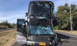 หวิดเศร้ารับอรุณ! รถทัวร์นักท่องเที่ยวอินโดฯ พุ่งชนท้ายพ่วง 18 ล้อ 2 คนขับเกี่ยงกันผิด