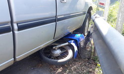 คุณตาขับกระบะทับจักรยานยนต์มิดคัน ไม่น่าเชื่อสาวคนขับรอดปาฏิหาริย์!
