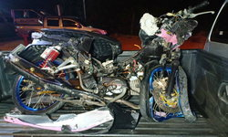 สลด 2 วัยรุ่นขี่จักรยานยนต์หักหลบ เคราะห์ร้ายพุ่งประสานงากระบะรถพังยับดับคู่!
