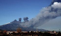 """""""ภูเขาไฟเอตนา"""" ปะทุพ่นเถ้าถ่านส่งท้ายปีในอิตาลี กระทบต่อเส้นทางการบิน"""