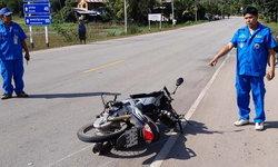 อีกศพส่งท้ายปี-เมาแล้วควบ จยย.ส่ายไปมากินเลนประสานงารถกระบะดับกลางถนน
