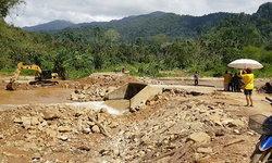 ชาวกรุงชิงลงขันซ่อมสะพานเข้าหมู่บ้าน หลังพายุปาบึกถล่มพังเสียหาย