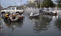 น้ำทะเลหนุนสูง พาน้ำท่วมถนนเลียบชายทะเลชลบุรี ระยะทางกว่า 1 กิโลเมตร-การจราจรติดขัด