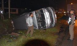 """พิษ """"พายุปาบึก"""" ทำฝนตกถนนลื่นรถตู้พลิกคว่ำบาดเจ็บ 3 ราย"""