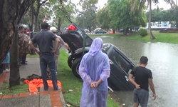 ฝนถล่มเชียงใหม่! ถนนลื่นกระบะเบรกท้ายปัดพุ่งลงคูเมือง คนขับว่ายหนีรอดหวุดหวิด