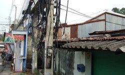 ชาวบ้านผวา! สายไฟรกพาดหลังคา-ไฟช็อตบ่อย จนท.บอกซ่อมไม่ได้เพราะติดถนนใหญ่