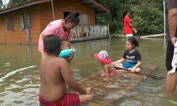 เด็กเล่นน้ำแทนไปเที่ยวงานวันเด็กแห่งชาติ เพราะน้ำท่วมบ้าน จ.สุราษฎร์ธานี
