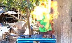 เห็นโฆษณาว่าใช้ดี ชาวบ้านซื้อเตาแก๊ส 1 แถม 1 เปิดใช้ไฟพุ่ง...เกือบไหม้วอดบ้าน (มีคลิป)