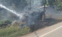 เดชะบุญ! เก๋งชนต้นไม้ไฟลุกโชน โชคดีเจ้าของหนีออกมาทันหวิดถูกไฟคลอก