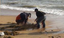 """ชาวบ้านผงะ """"ศพหัวขาด"""" ร่างเน่าเปื่อยเกยตื้นหาดชุมพร คาดเหยื่อพายุปาบึก"""
