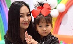 """สวยใจดี """"เกรซ มหาดำรงค์กุล"""" ช่วยเป็นล่ามภาษาจีน หลังเจอพ่อแม่พาลูกป่วยหนักมาโรงพยาบาล"""