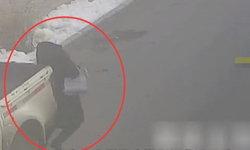 รอดเพราะเสื้อหนา! หญิงเดินเล่นมือถือถูกกระบะถอยชน ล้อเหยียบซ้ำ