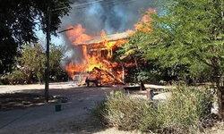 แทบล้มทั้งยืน! ไฟไหม้บ้านยายทั้งหลังเหลือแค่เสาไว้ดูต่างหน้า