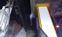 ภาพช็อกกลางดึก หนุ่มผูกคอตายบนสะพานลอย ศพห้อยโตงเตงชวนหลอน