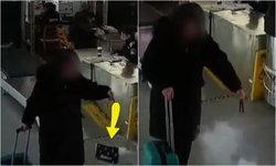 แตกกระเจิง หญิงเดินผ่านจุดตรวจในสถานีรถไฟ กระเป๋าถือเกิดมีควัน ไฟไหม้ขึ้นเอง