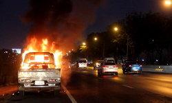 ขับจนไฟลุก! หนุ่มใหญ่ขับกระบะกลับบ้านได้กลิ่นน้ำมัน จอดปุ๊บระเบิดปั๊บไฟท่วมรถ