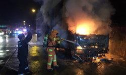 เพลิงไหม้รถบรรทุกพ่วง 18 ล้อ ห้องเครื่องวอด-คนขับรอดหวุดหวิด