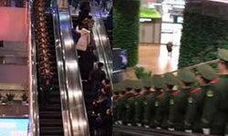 ขนลุกในความเป๊ะ! ทหารจีนเรียงแถวตอนลึก โชว์วินัยระหว่างลงบันไดเลื่อน (มีคลิป)