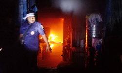 ไฟไหม้ร้านเฟอร์นิเจอร์ 2 พี่น้องหนีตายขึ้นดาดฟ้ารอดหวุดหวิด!