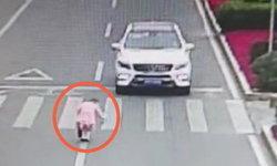 ชาวจีนเอ็นดู เด็กหญิงตัวน้อยโค้งคำนับขอบคุณสวยๆ รถหยุดให้ข้ามถนน (มีคลิป)
