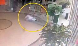 อันตรายเกิดได้ทุกเมื่อ ประตูธนาคารในจีน ล้มทับคุณหมอหลังเดินผ่าน (มีคลิป)