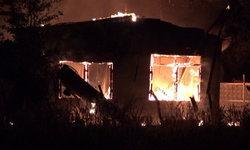 ทาสสุรา-ลูกทรพี! เมาอาละวาดทำร้ายแม่บังเกิดเกล้า-จุดไฟเผาบ้านตัวเองวอดสิ้น