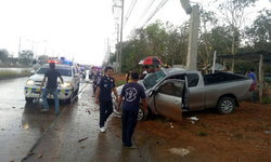 กระบะเสียหลักชนเสาไฟยับคาถนนมิตรภาพ คาดฝนตกถนนลื่น!