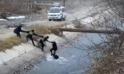 ลุ้นแทน ตำรวจจีนประสานมือ คว้าเด็กตกแม่น้ำไหลเชี่ยวขึ้นฝั่ง (มีคลิป)