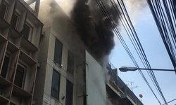 ไฟไหม้ร้านของเล่น ตึกสูง 5 ชั้น ย่านเยาวราช เจ้าหน้าที่เร่งระงับเหตุ