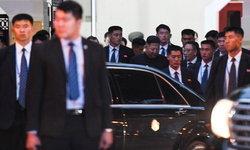"""ภาพนี้กลับมาอีกครั้ง """"คิมจองอึน"""" กับบอยแบนด์บอดี้การ์ด อารักขาวิ่งตามรถ"""
